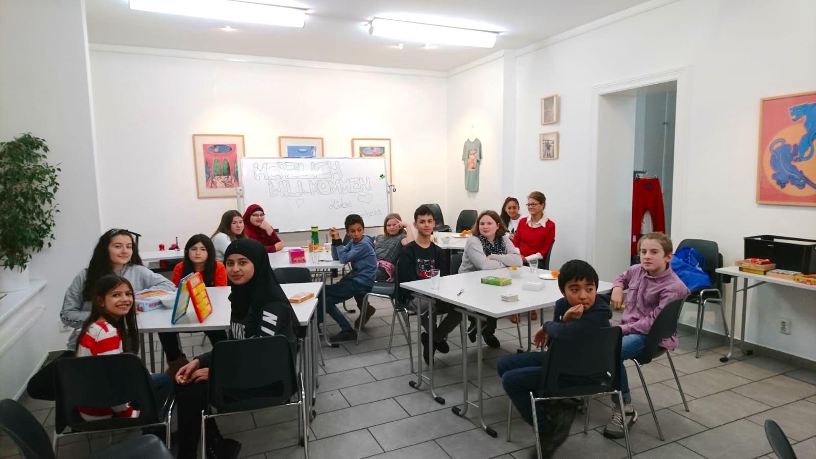 Mentees und Schüler-Mentoren sitzen zusammen