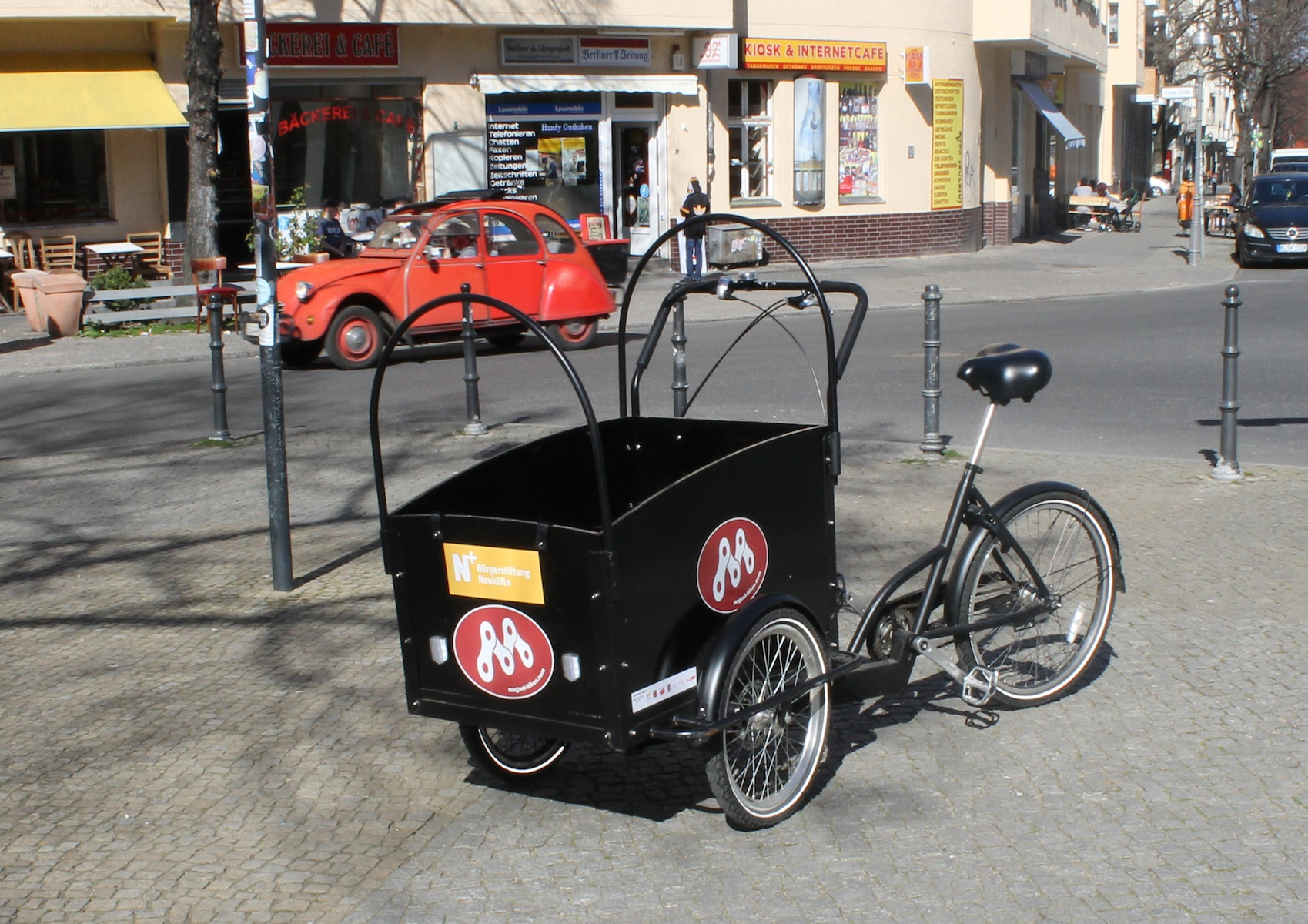 Lastenrad Rixe steht an einer Kreuzung