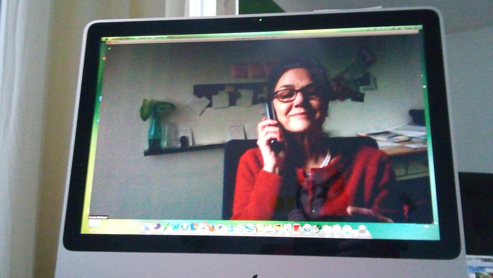 Projektleiterin Ursula Rettinger im Homeoffice, vor ihrem Computer und mit Handy