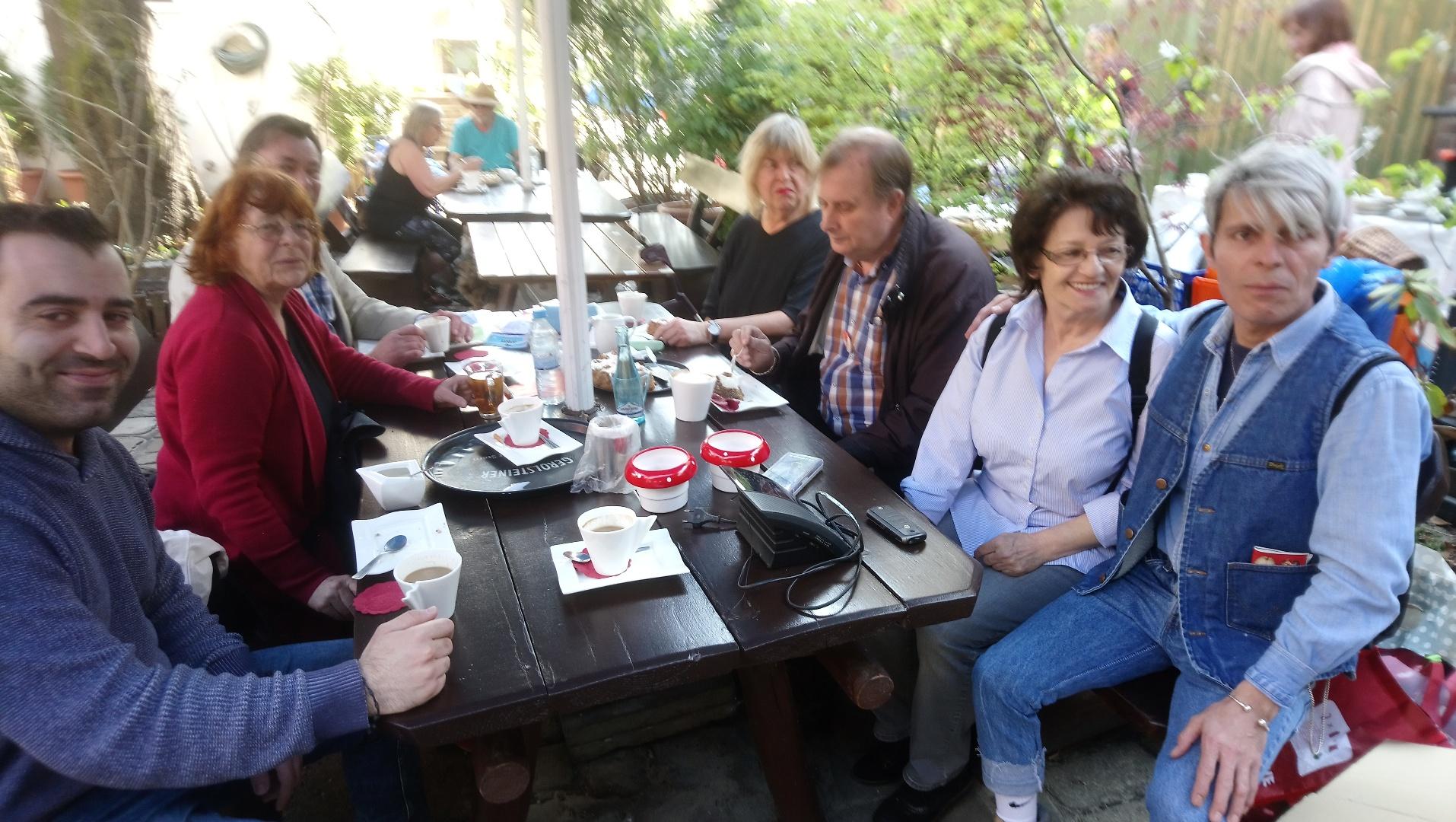 Das N+Troedelteam sitzt 2019 zusammen bei Kaffee und Kuchen bei der Eröffnung des Trödelmarktes
