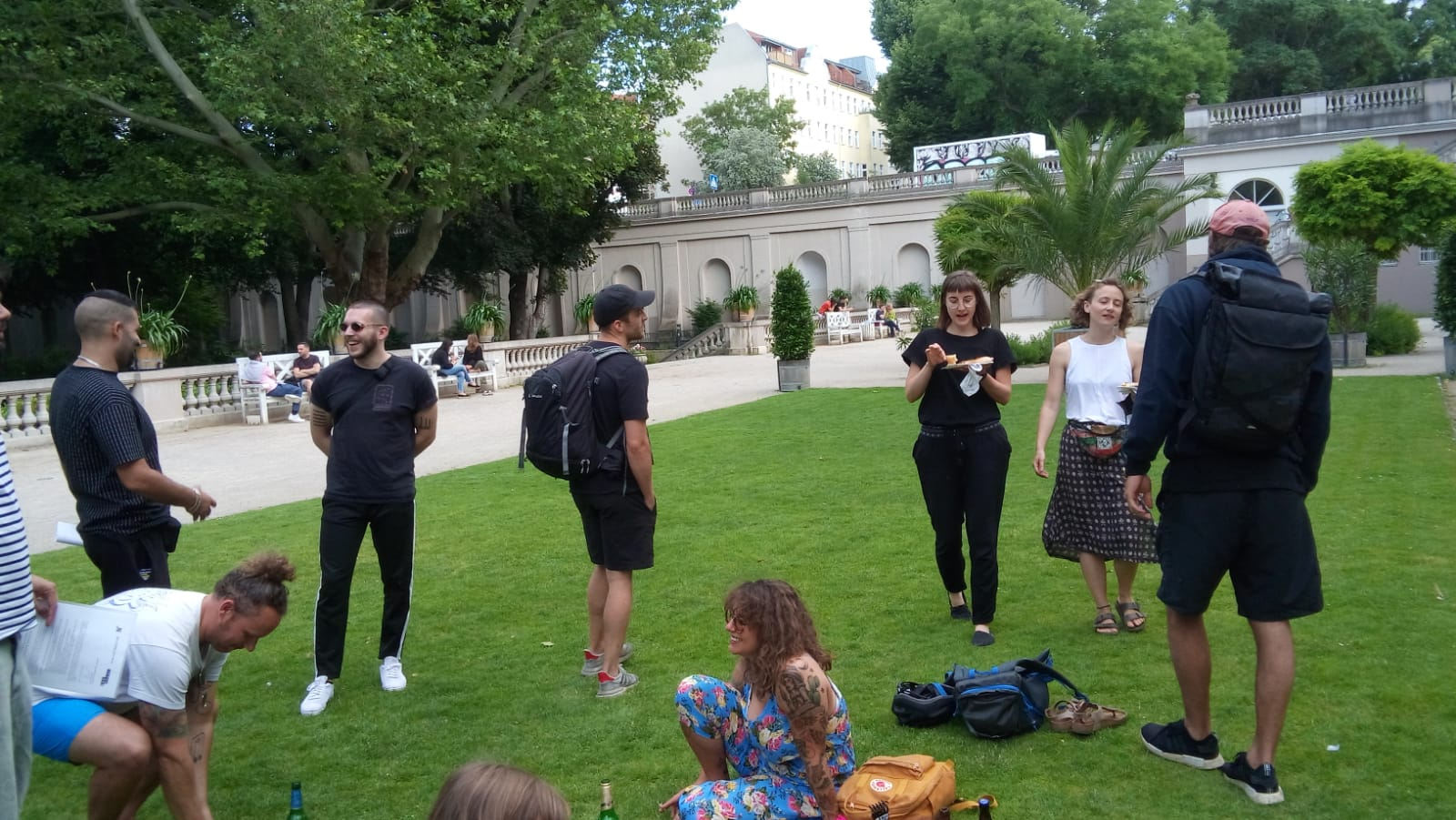 Schüler-Coaches unterhalten sich im Körnerpark auf der Wiese