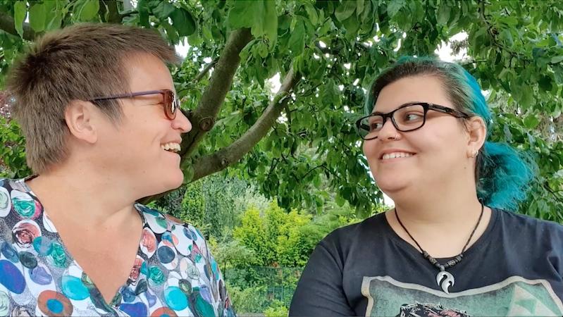 Unser Mentoring-Paar Miriam und Gisela lachen sich vergnügt an