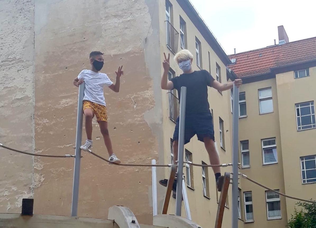 Ein Paten-Tandem wird auf einem Neuköllner Spielplatz zu einer neuen Patenschaft im Neuköllner Talente Projekt zusammengeführt