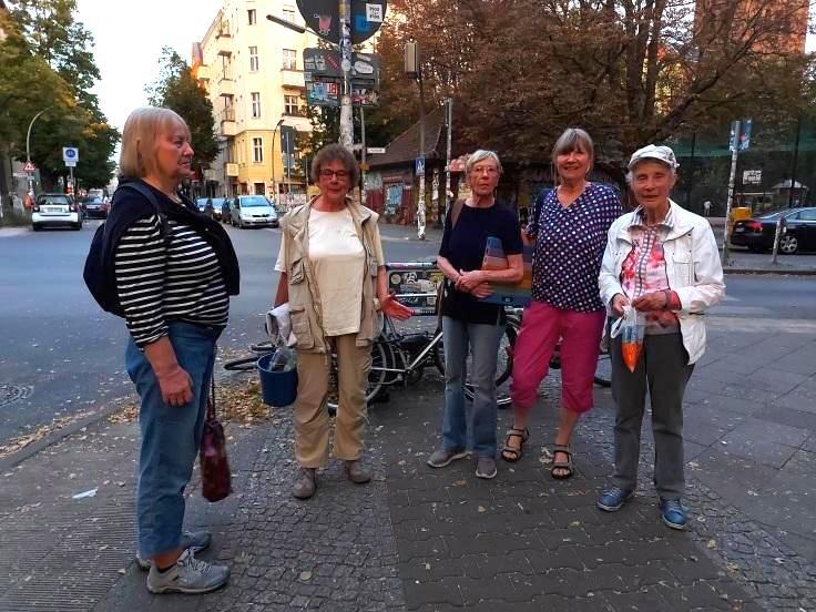 Eine Gruppe von fünf Freiwilliigen steht mit Putzeimer bereit, um im Reuterkiez Neukölln Stolpersteine zu putzen.