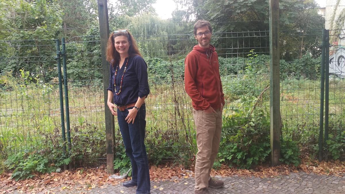 Das neue Team der Anlaufstelle Ursula Holsten und Lukas Schulte vor einer Grünfläche