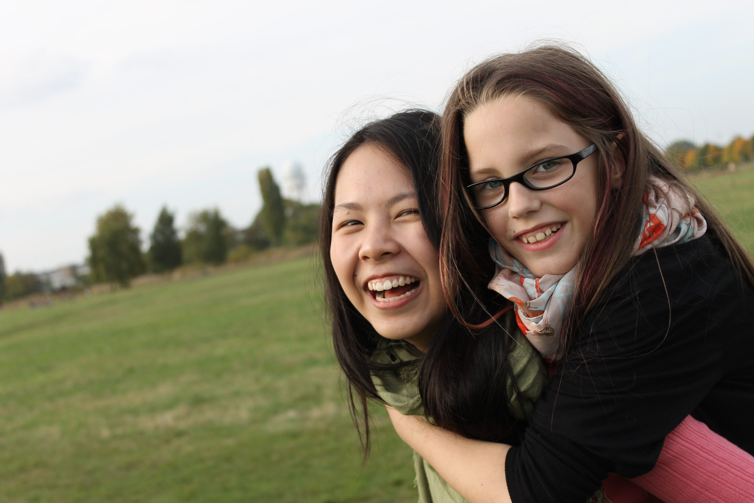Paten-Tandem auf dem Tempelhofer Feld lacht in die Kamera