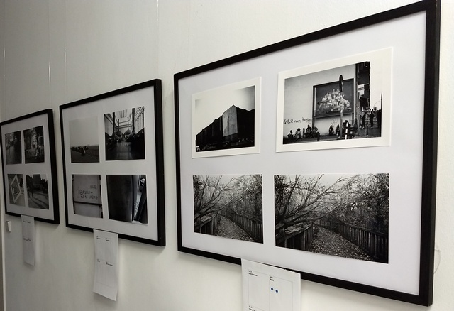 Blick auf Ausstellungswand mit Fotos in schwarz-weiß