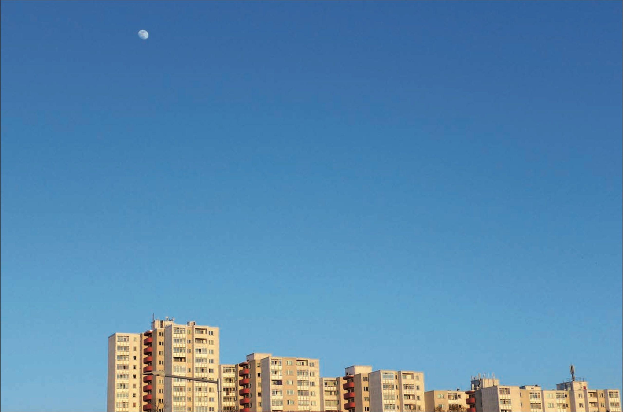 Hochhaus-Skyline der High-Deck-Siedllung vor blauem Himmel