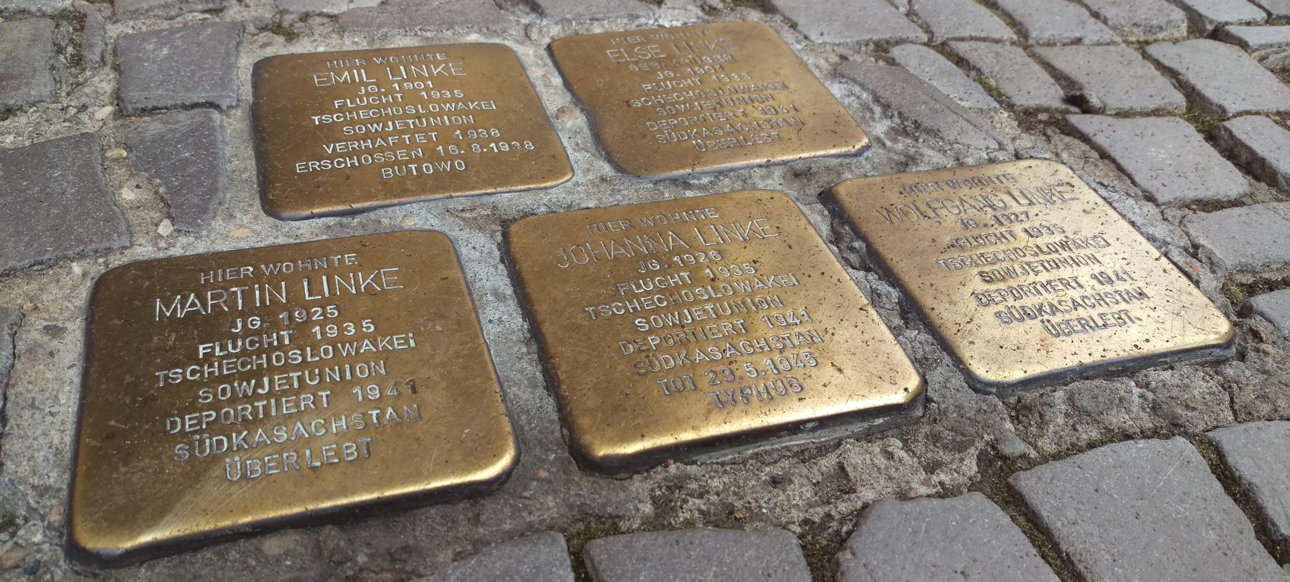 5 Stolpersteine, 2 in der oberen Reihe, 3 darunter