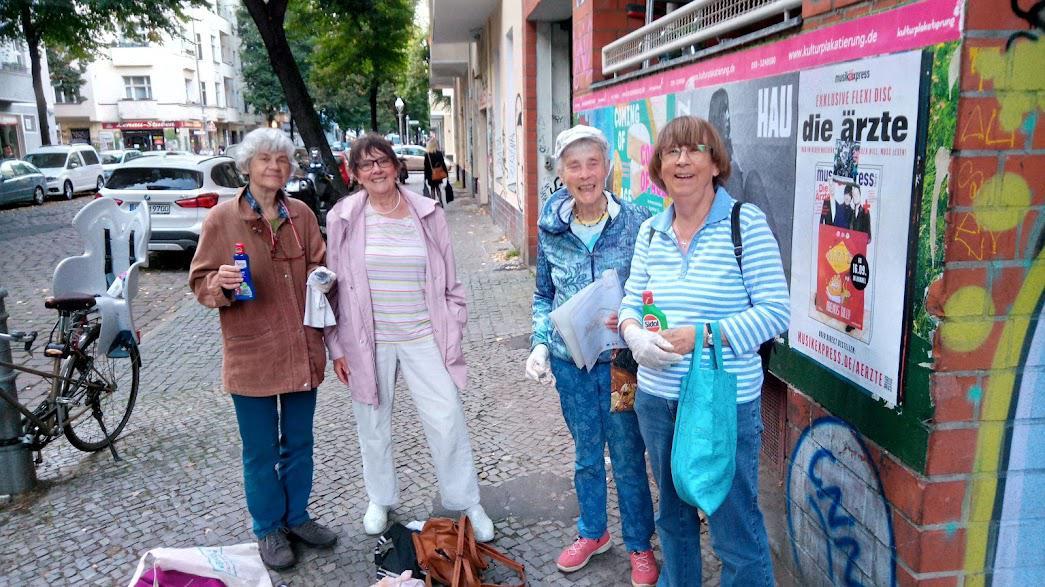 Vier Frauen auf einem Gehweg schauen in die Kamera