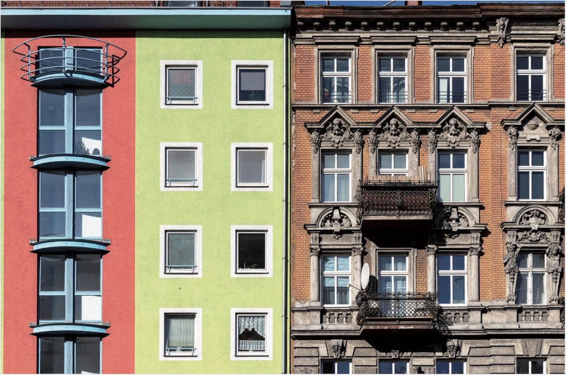 Ansicht einer dreiteiligen Häuserfront mit 5 Geschossen, von links nach rechts wechselt der Stil von modern zu alt